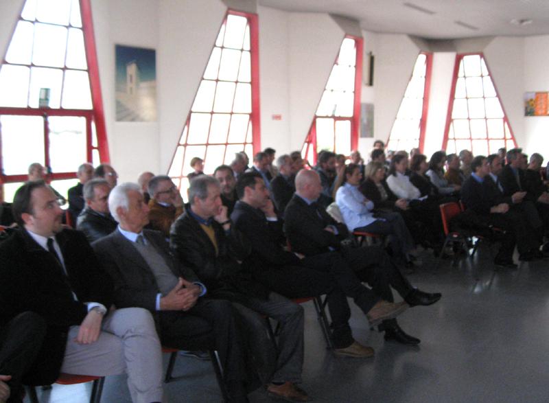 Il pubblico assiste alla conferenza dei sindaci dell'area vasta