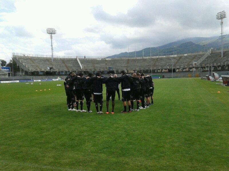 Staff e giocatori raccolti in memoria di Morosini