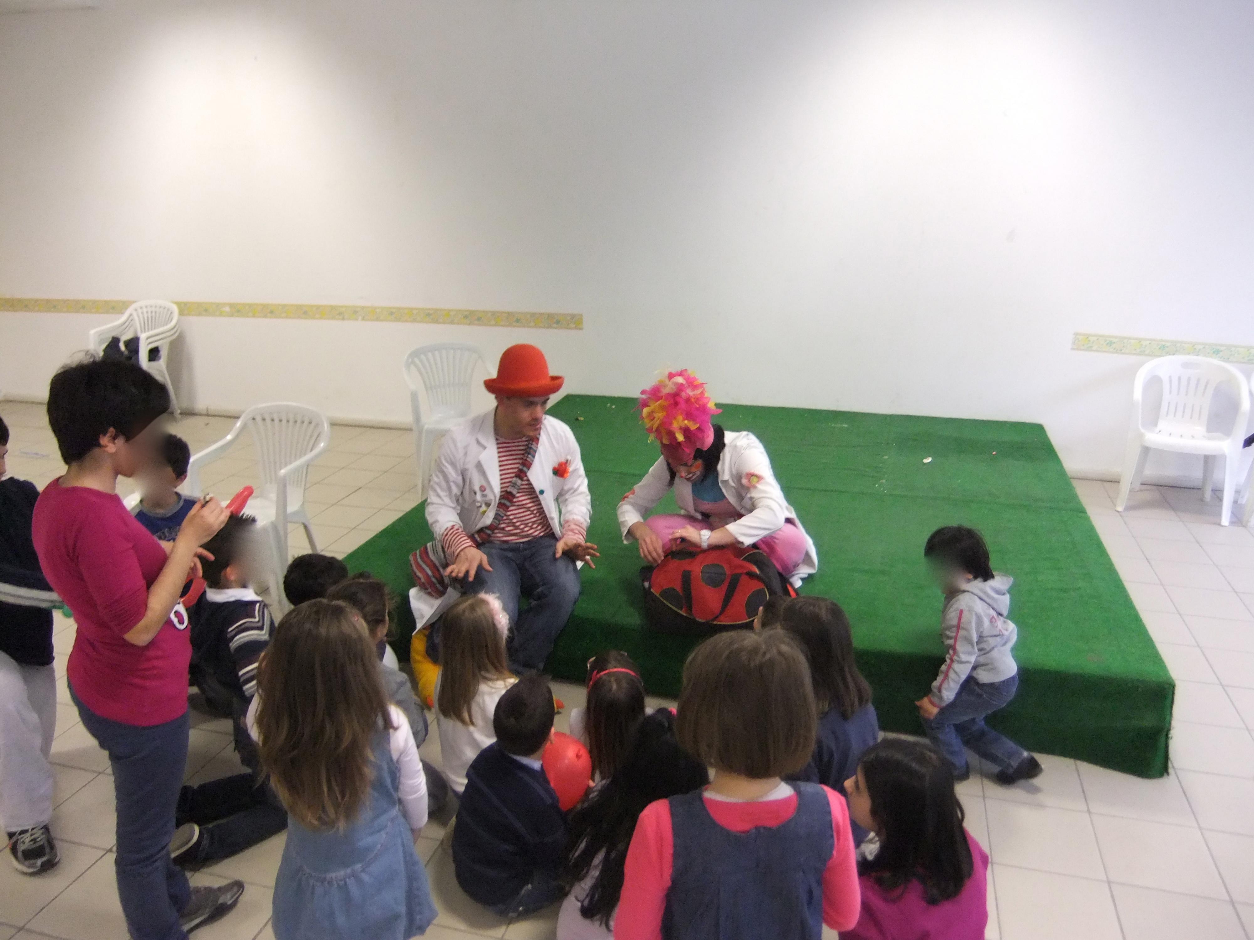 I clown di Chimaera con un gruppo di bimbi