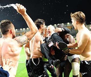 Massimo Silva festeggiato dai giocatori