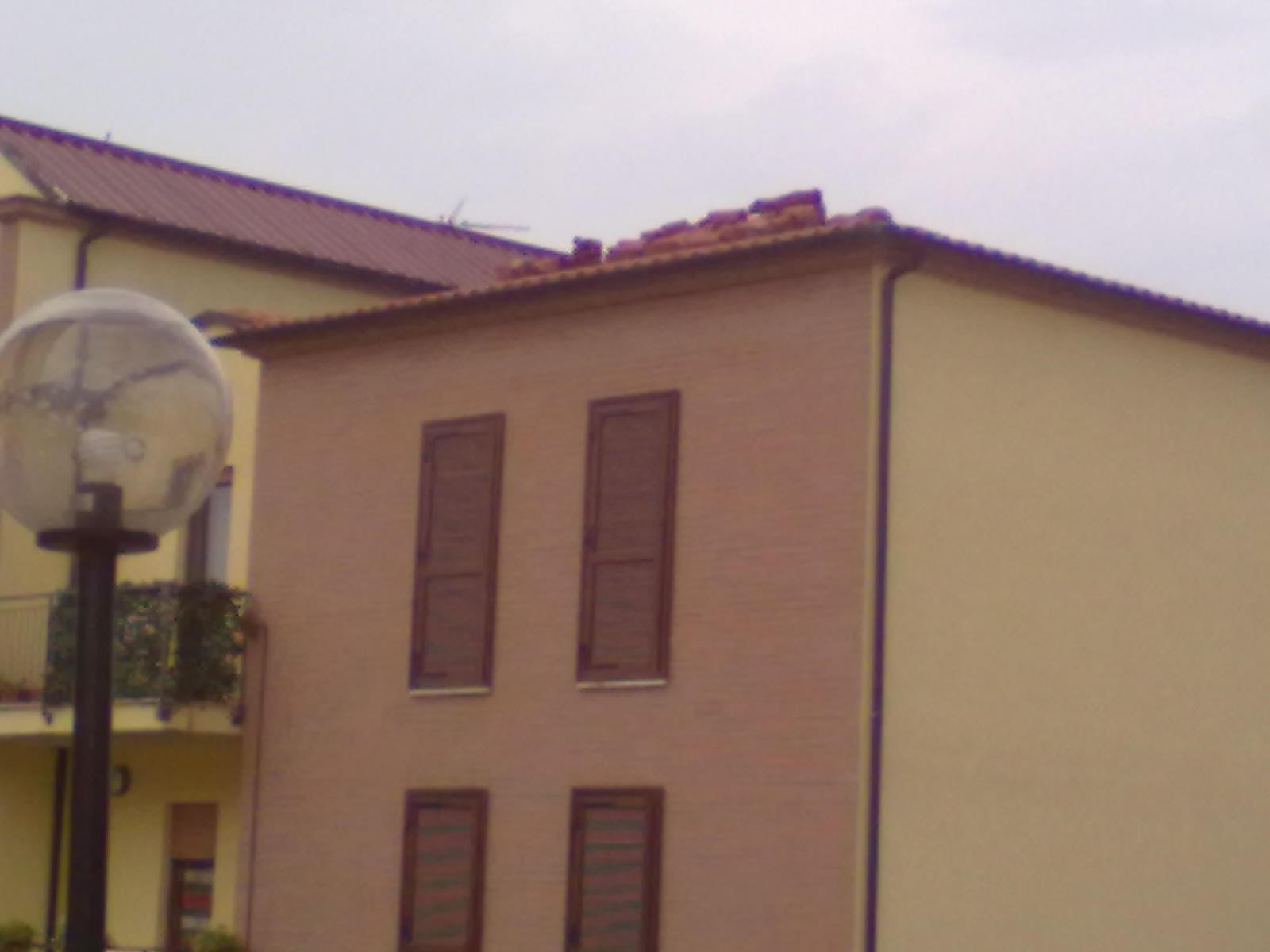 Particolare tegole appoggiate sul tetto 2