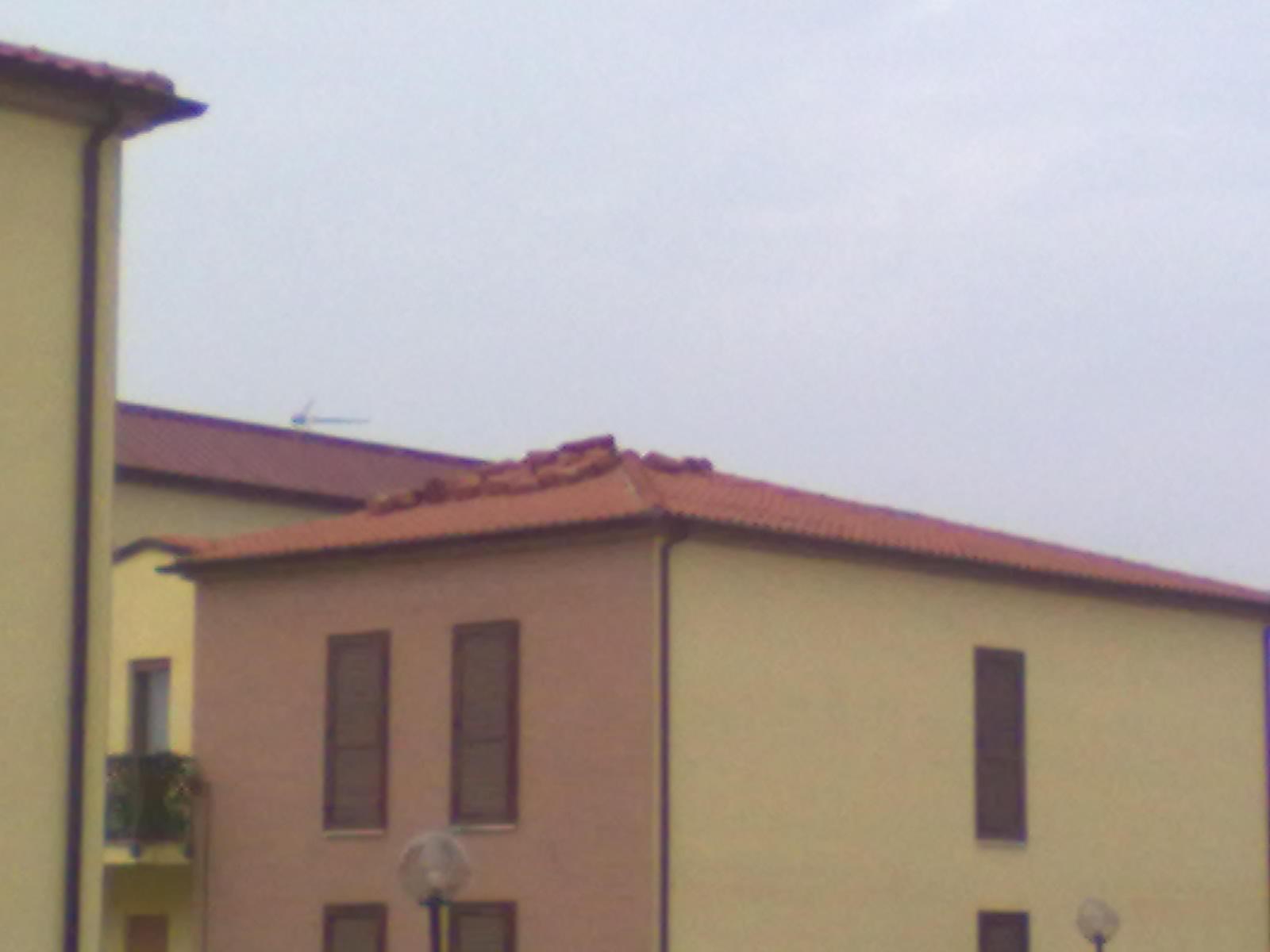 Particolare: tegole appoggiate sul tetto