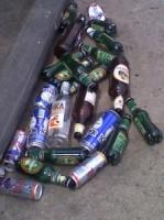 lattine e bottiglie gettate per strada