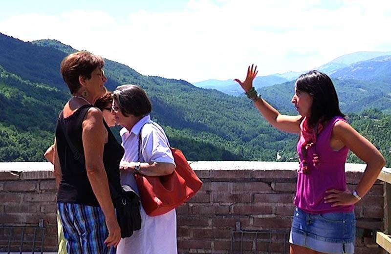 I turisti si godono il panorama in una gita di Vivendo il Piceno in percorsi sorsi e morsi