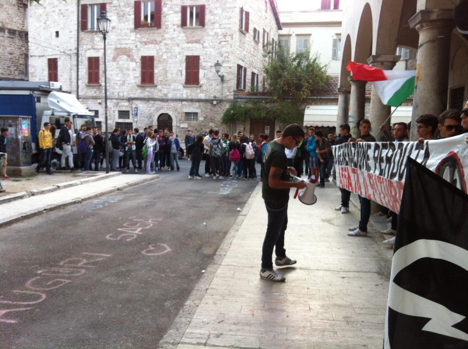 Blocco studentesco protesta di fronte la scuola Umberto I°
