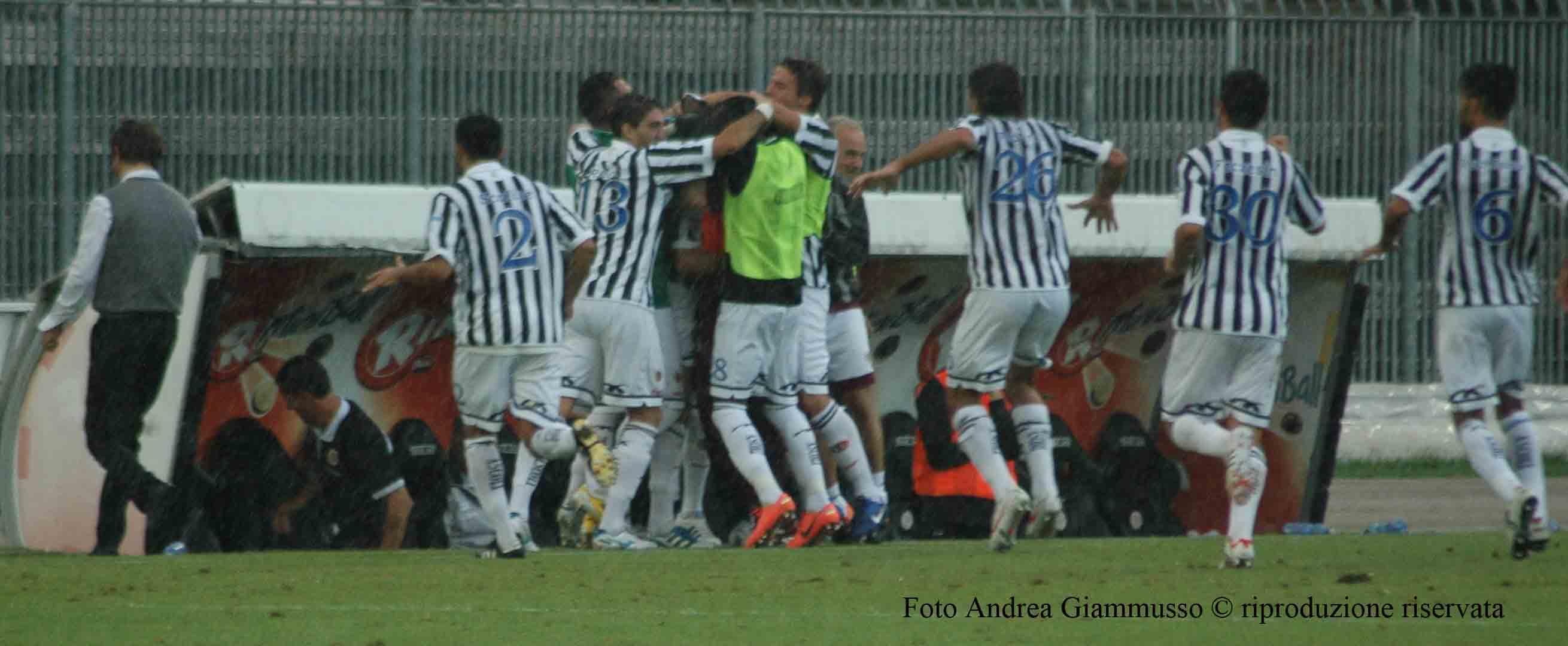 Ascoli-La Spezia, Loviso segna e riceve gli abbracci della panchina (giammusso)
