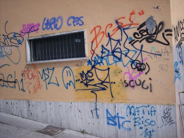 Scritte in una via di Ascoli (da iamascoli.blogspot.com)