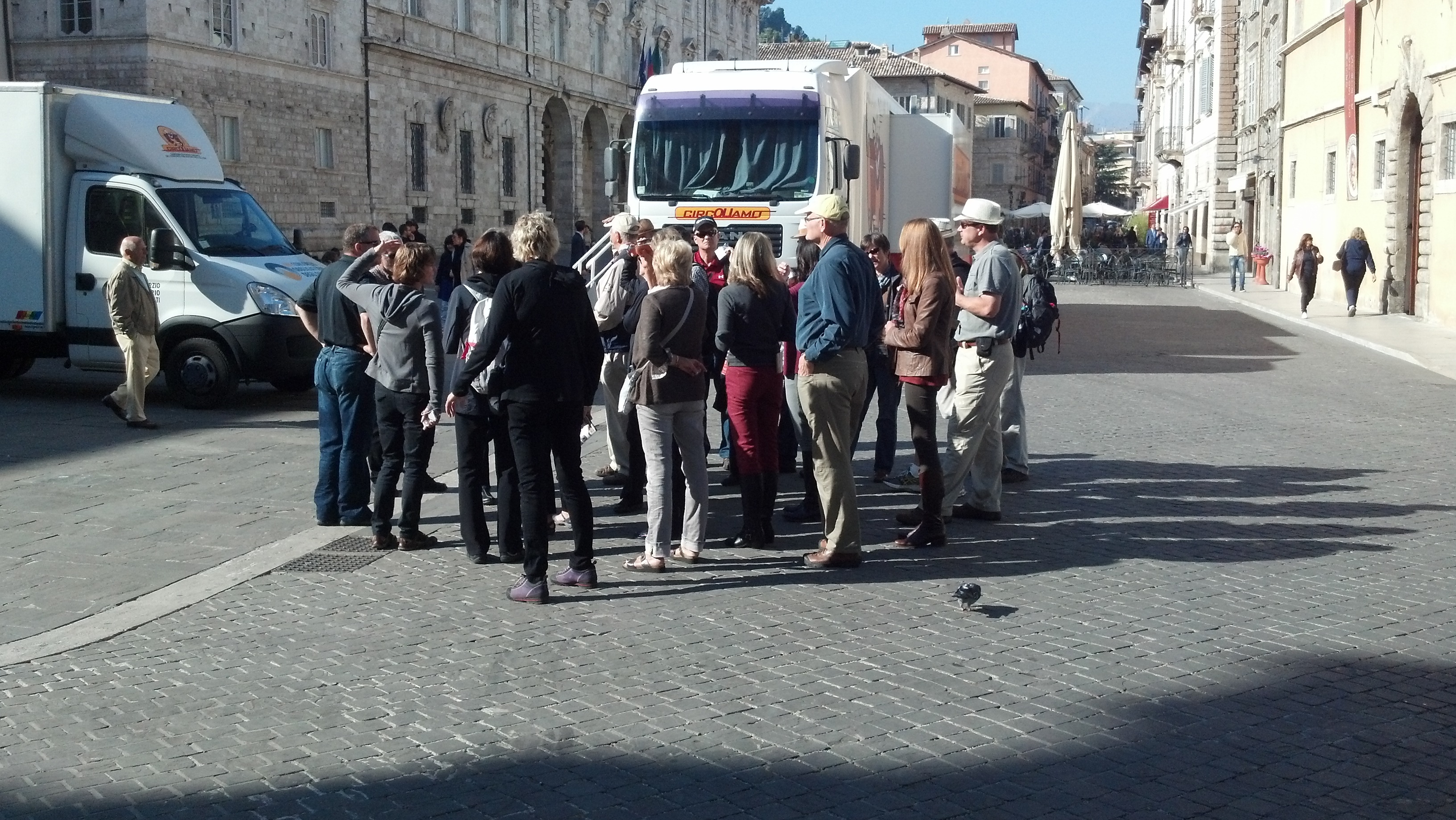 Turisti stranieri ad Ascoli, piazza Arringo