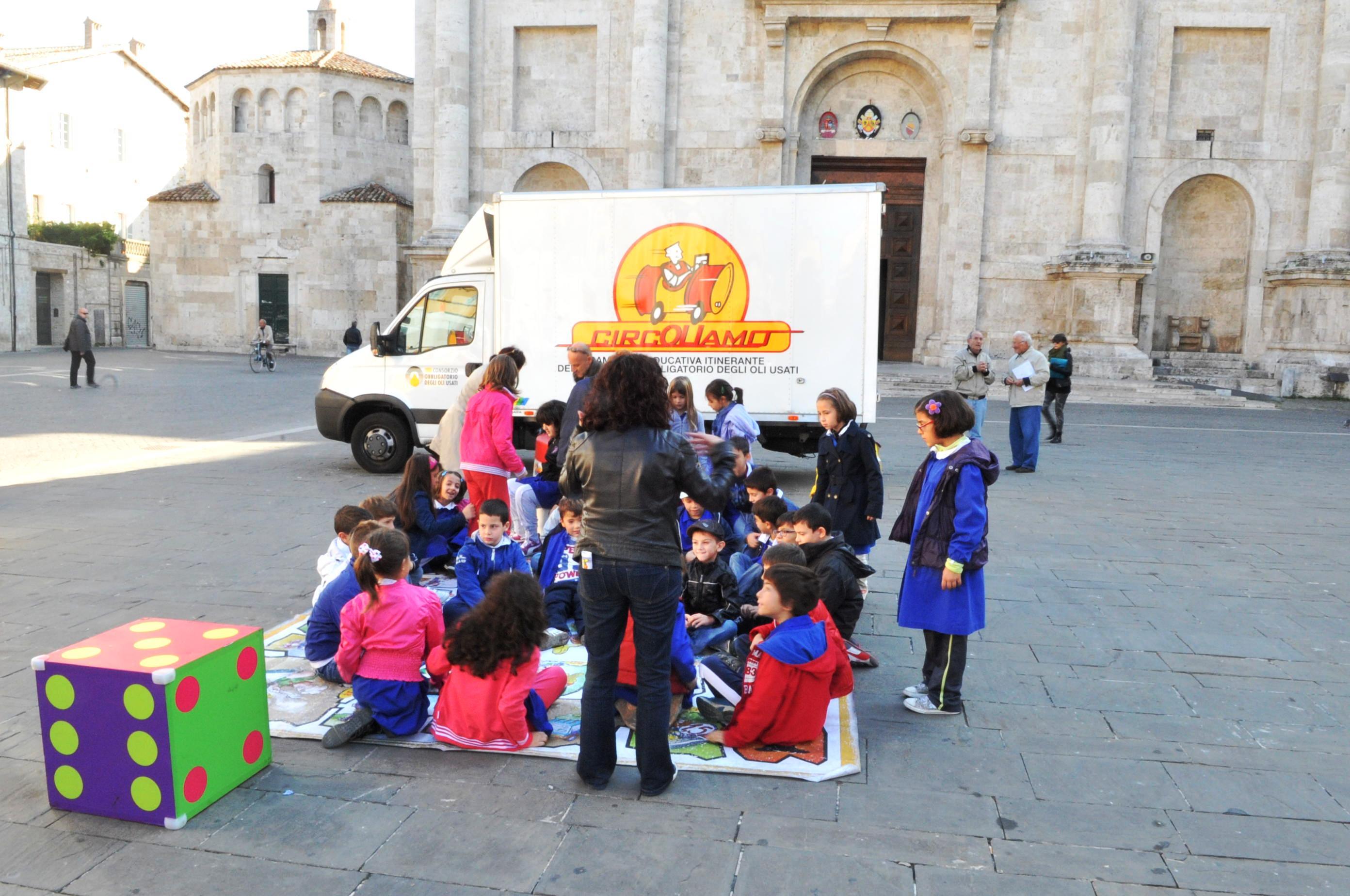 CircOLIamo e i bambini delle scuole che si esercitano in piazza Arringo