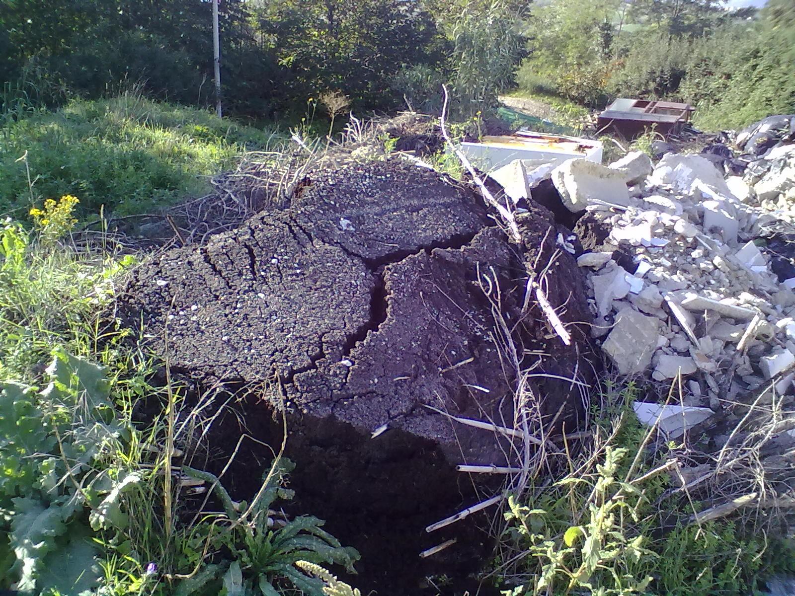 Discarica abusiva via del Grano (calcinacci e pezzi di asfalto)