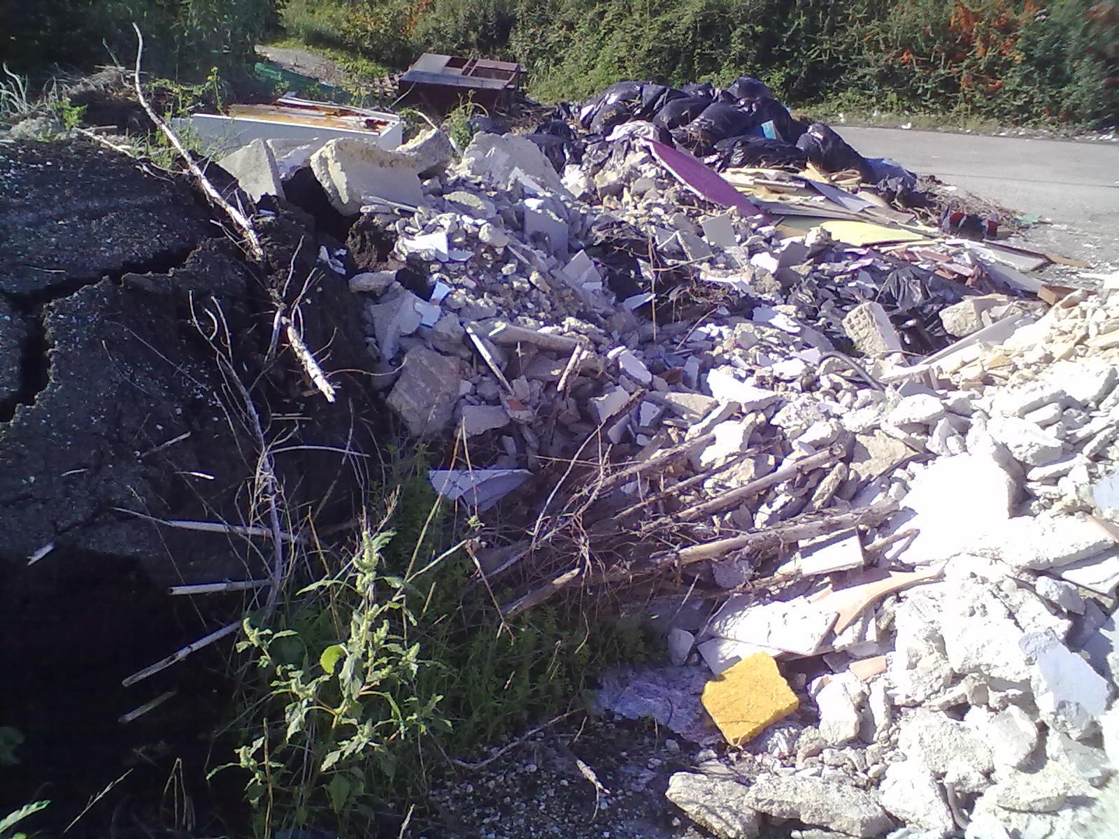 Discarica abusiva via del Grano (pezzi di asfalto)