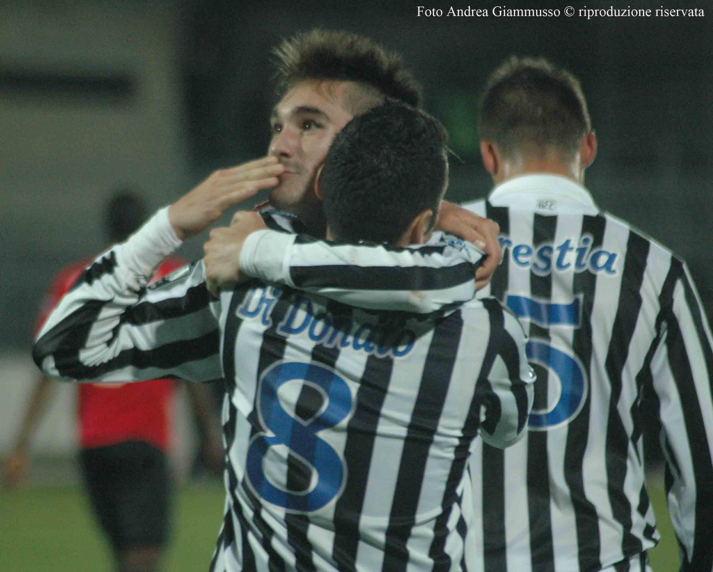 Esultanza Fossati dopo il gol al Novara (foto Giammusso, riproduzione vietata)