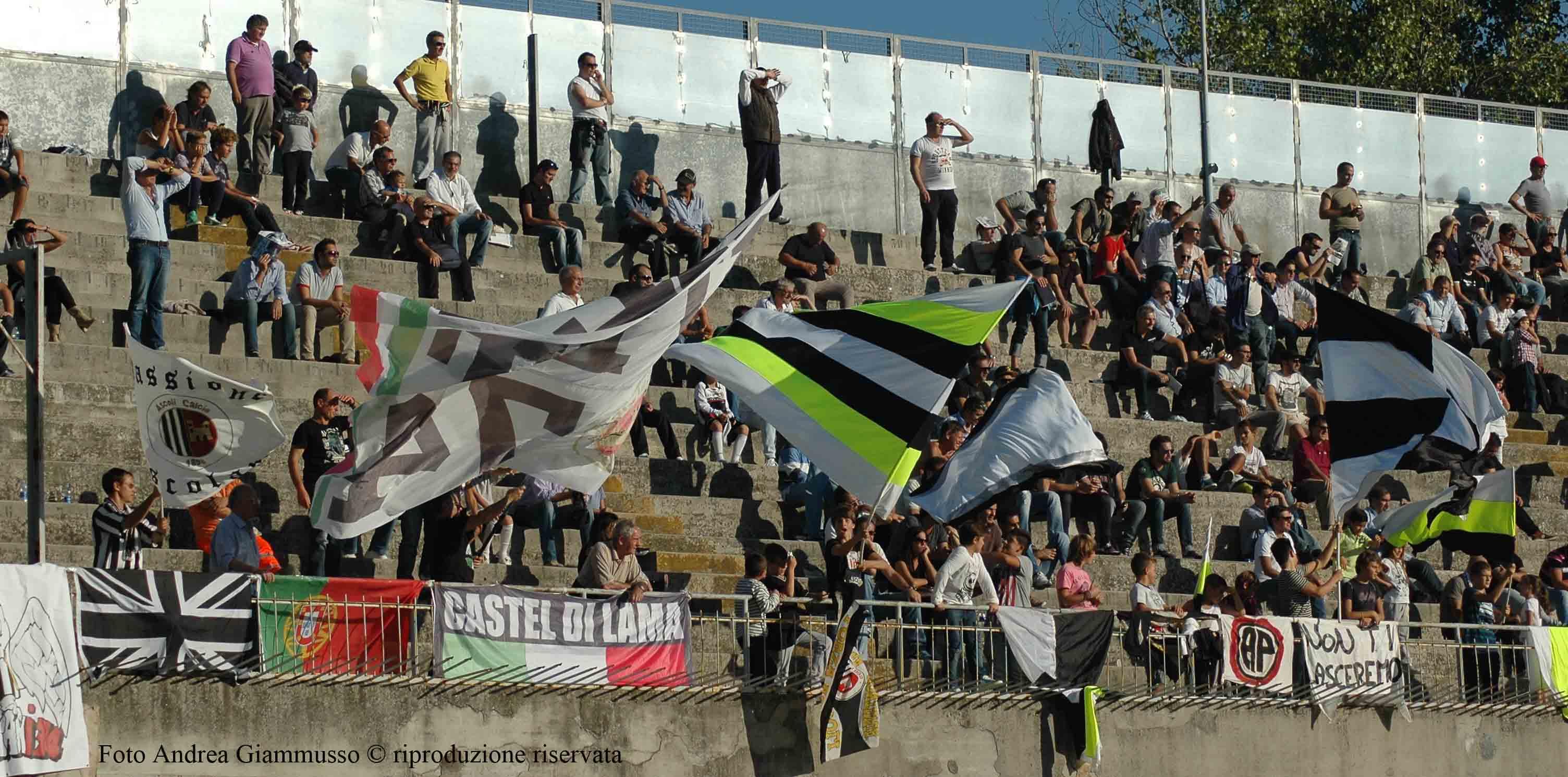 Giovani tifosi nel lato est (Ascoli-Crotone, giammusso)