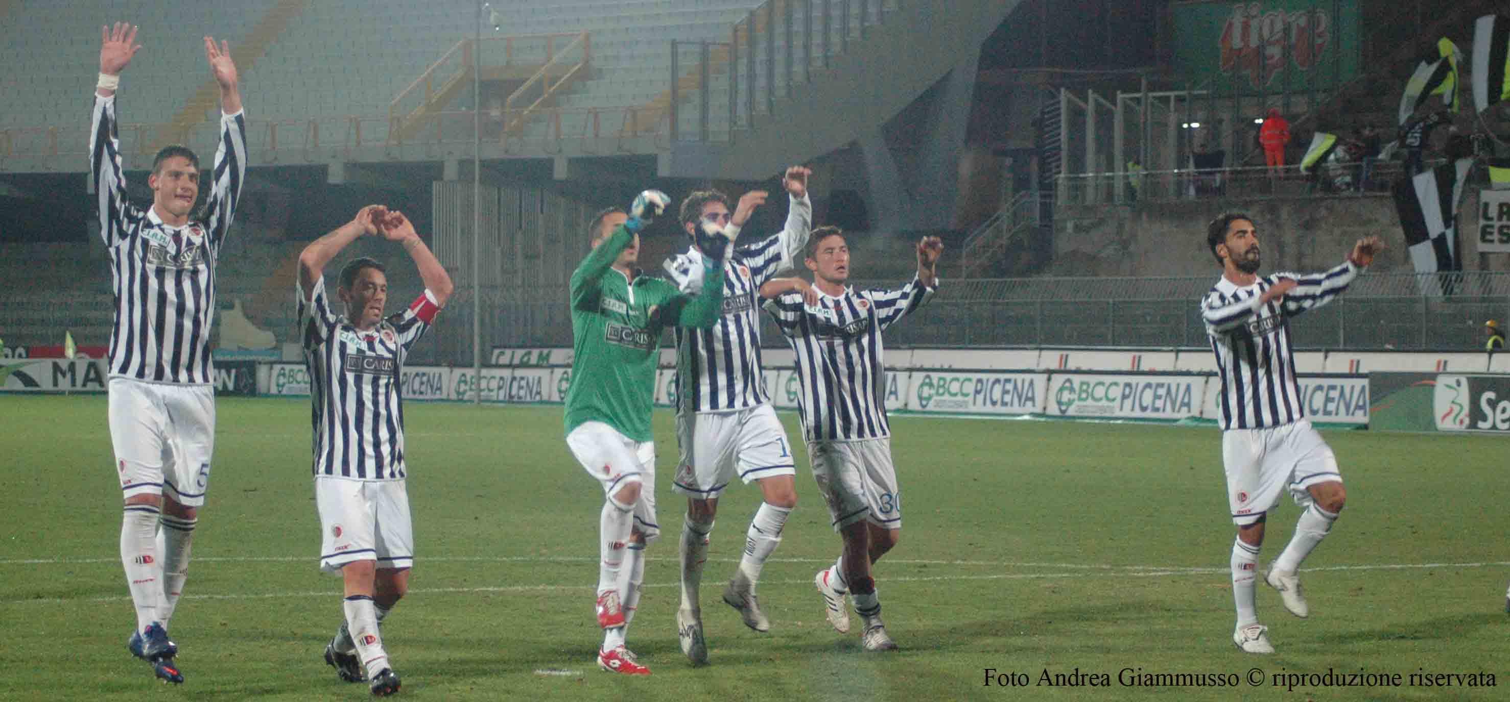 Ascoli-Novara, i giocatori esultano nel finale con gli ultras (foto Giammusso, riproduzione vietata)