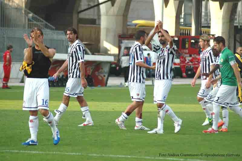 I giocatori dopo la curva nonostante la sconfitta contro la Juve Stabia