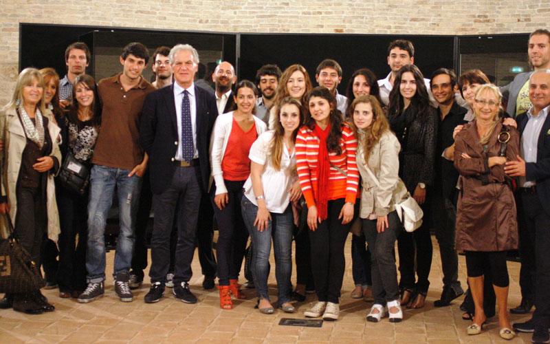 I ragazzi di Marchigiani nel mondo ad Ascoli con il presidente della Provincia Piero Celani
