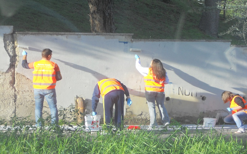 I volontari di Ascoli da Vivere all'opera in via Spalvieri nell'ottobre 2012