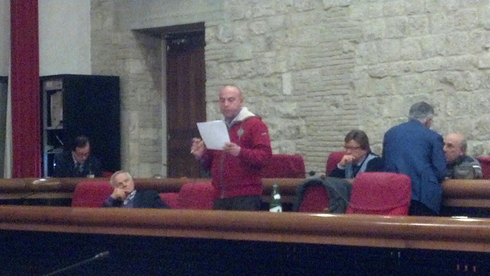 Regnicoli in consiglio comunale, vicino a lui Bastiani, di spalle Canzian, a sinistra Marcucci