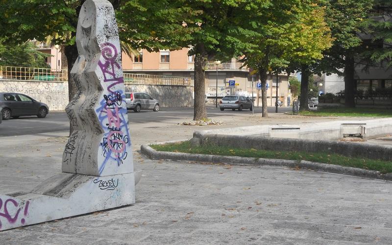 Viale De Gasperi scultura imbrattata