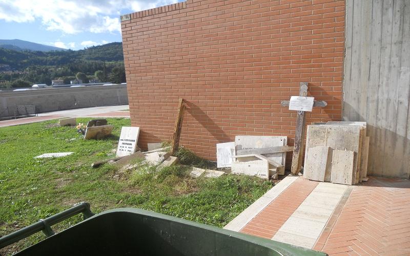 Cimitero: lapidi abbandonate