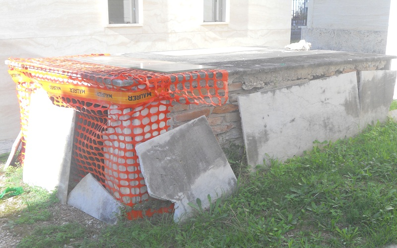 Cimitero: tomba pericolante