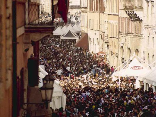 Un'affollatissima Perugia durante l'Eurochocolate
