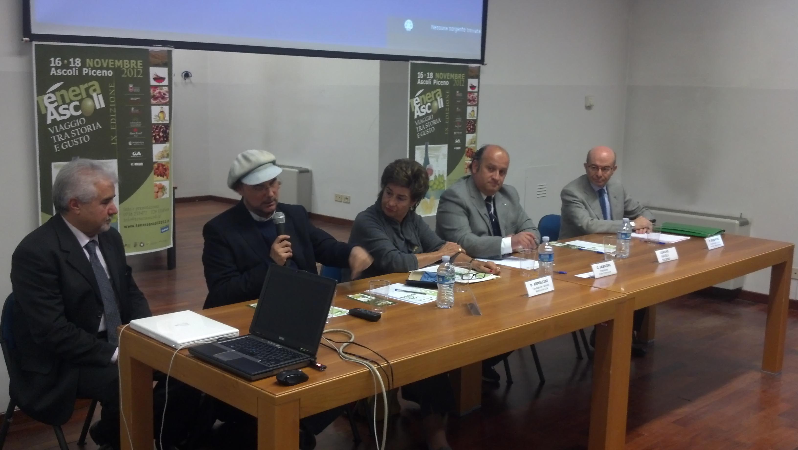 Un momento del convegno di Tenera Ascoli nella biblioteca comunale, venerdì 16 novembre. Col cappello, il giornalista Rai Luca Sardella