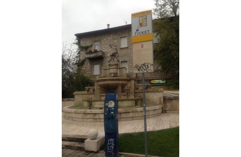 Il parcometro e il cartello davanti alle Fontane del Pilotti