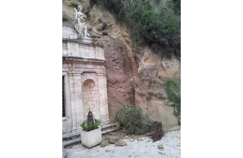 lo smottamento presso la chiesa di Sant'Emidio alle Grotte