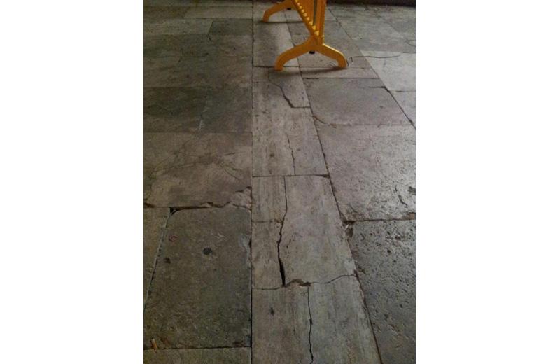 il pavimento rotto in piazza del Popolo