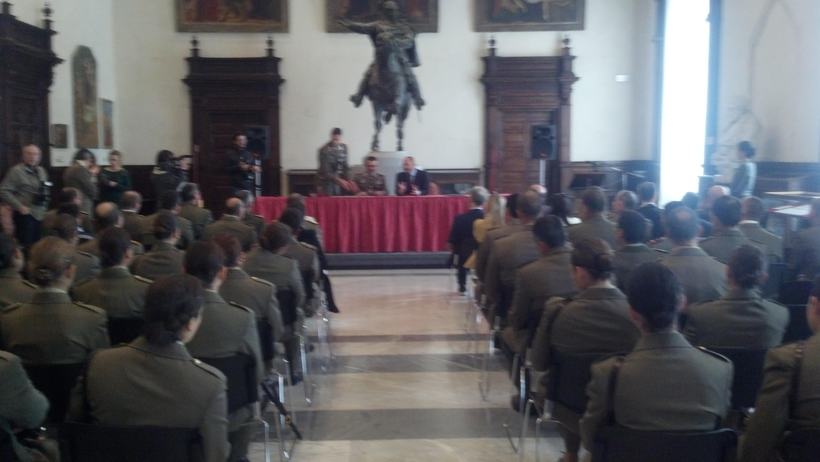 Allievi e allieve del 235° Rav piceno nella sala della Ragione durante la firma del protocollo tra Castelli e Vicari