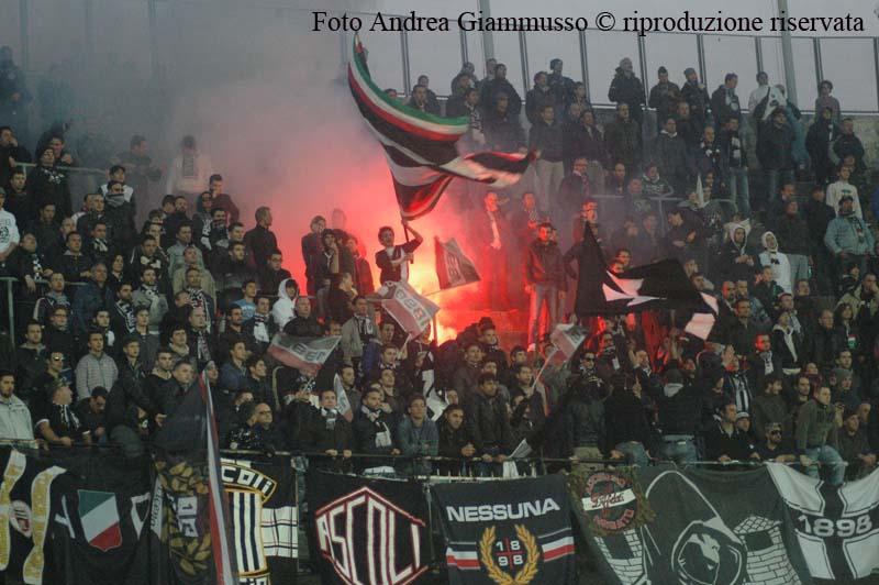 Fumogeno in curva durante Ascoli-Vicenza (giammusso)
