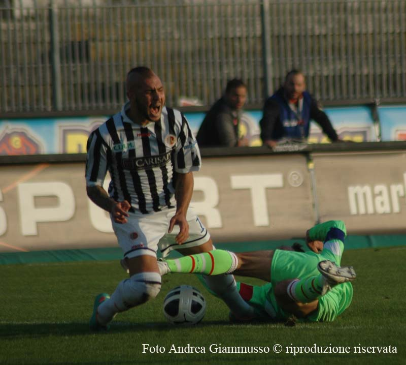 Il fallo di Martinelli su Zaza, costato l'espulsione al giocatore del Vicenza (giammusso)