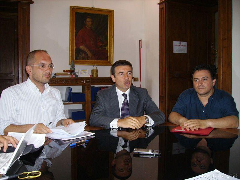 Guido Castelli, a sinistra, con Claudio Travanti a destra, nel 2009. Fra loro il parlamentare Pdl Ignazio Abrignani