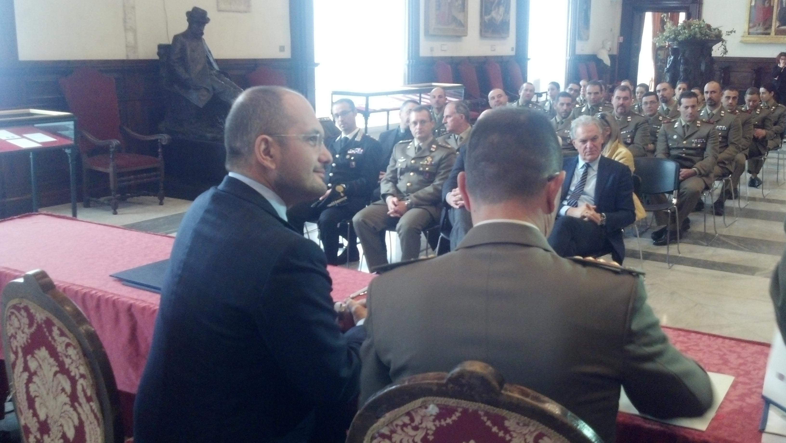 Guido Castelli e Michele Vicari durante la firma del protocollo. In prima fila il presidente della Provincia Piero Celani