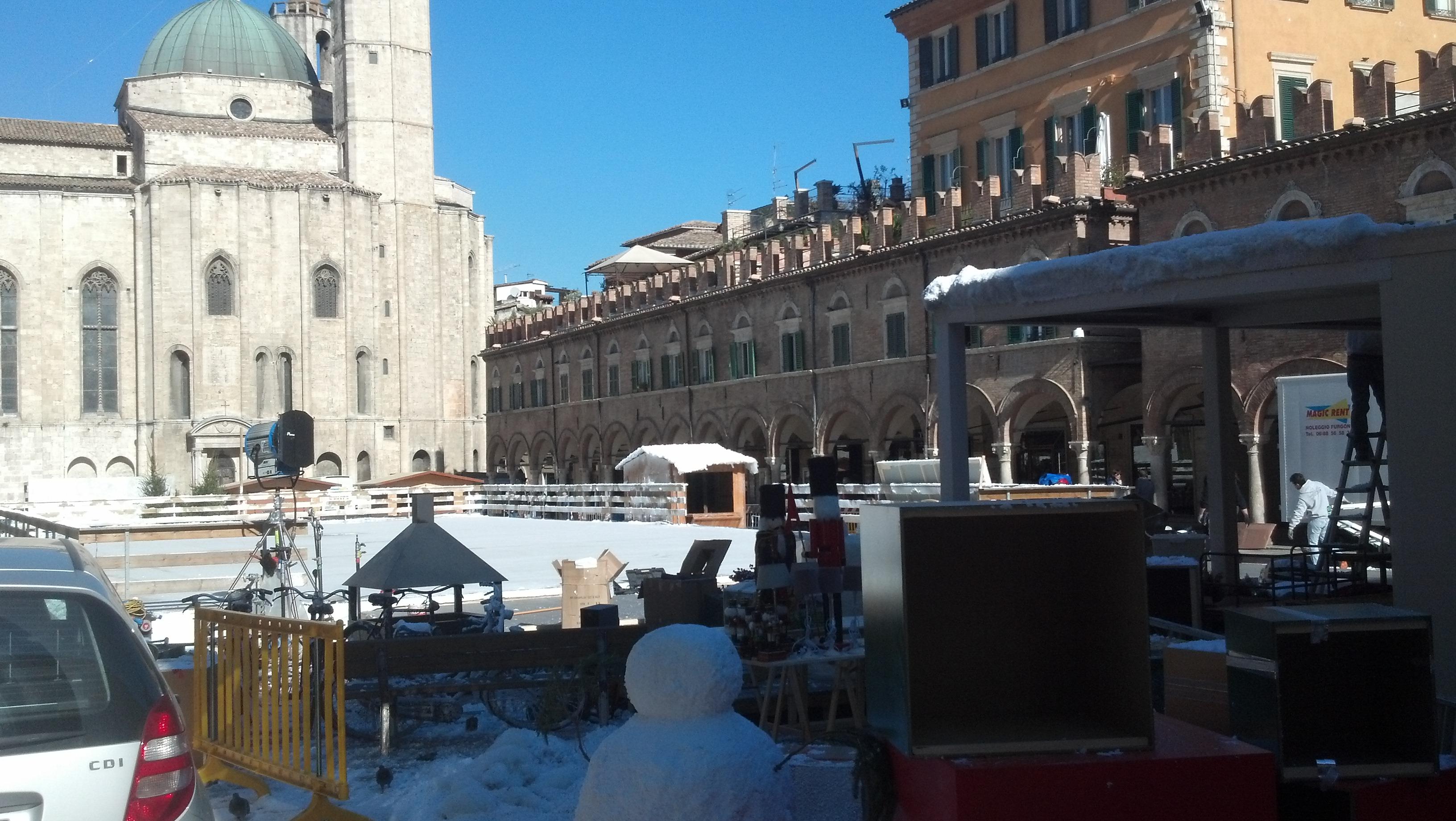 I lavori in corso per liberare piazza del Popolo dalla pista di pattinaggio Vodafone, giovedì 9 novembre