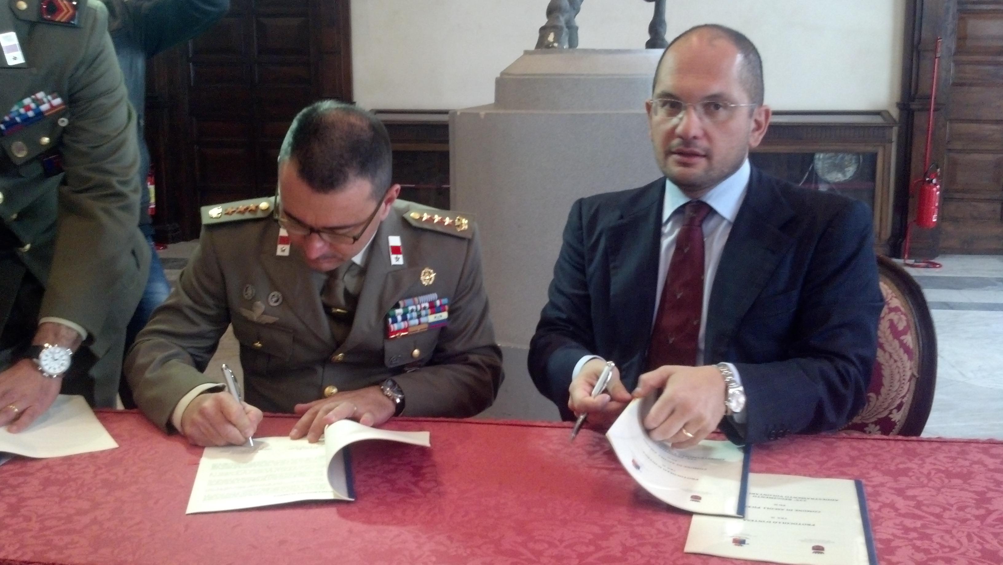 Il colonnello Michele Vicari e il sindaco Guido Castelli firmano il protocollo