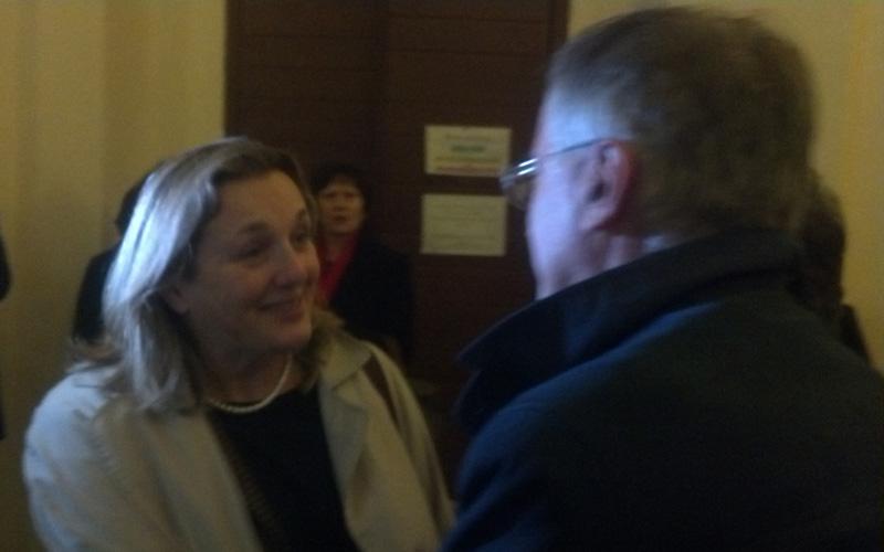 Laura Puppato salutata da Antonio Canzian, di spalle, al suo arrivo ad Ascoli