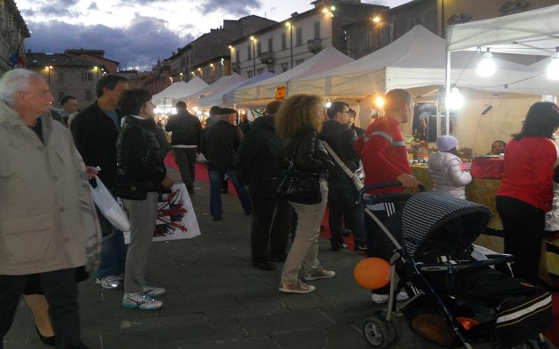 Piazza Arringo: gente in visita alla mostramercato