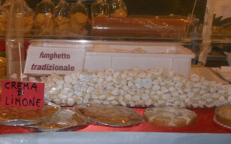Piazza Arringo: i funghetti di Offida