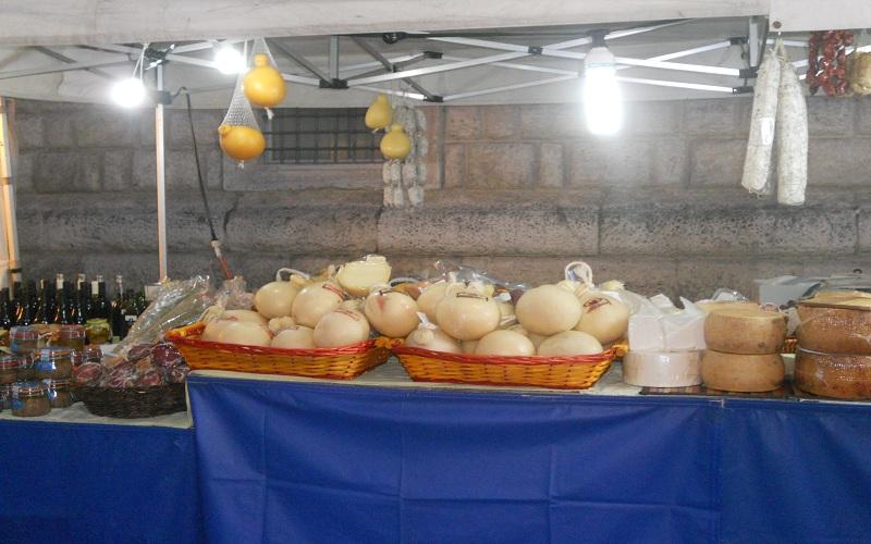 Piazza Arringo: stand dei formaggi e salumi