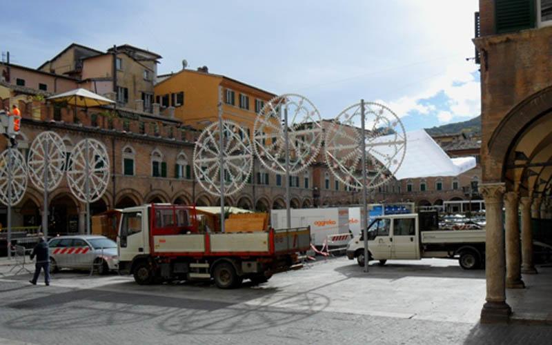 Piazza del Popolo invasa dai camion per preparare lo spot Vodafone