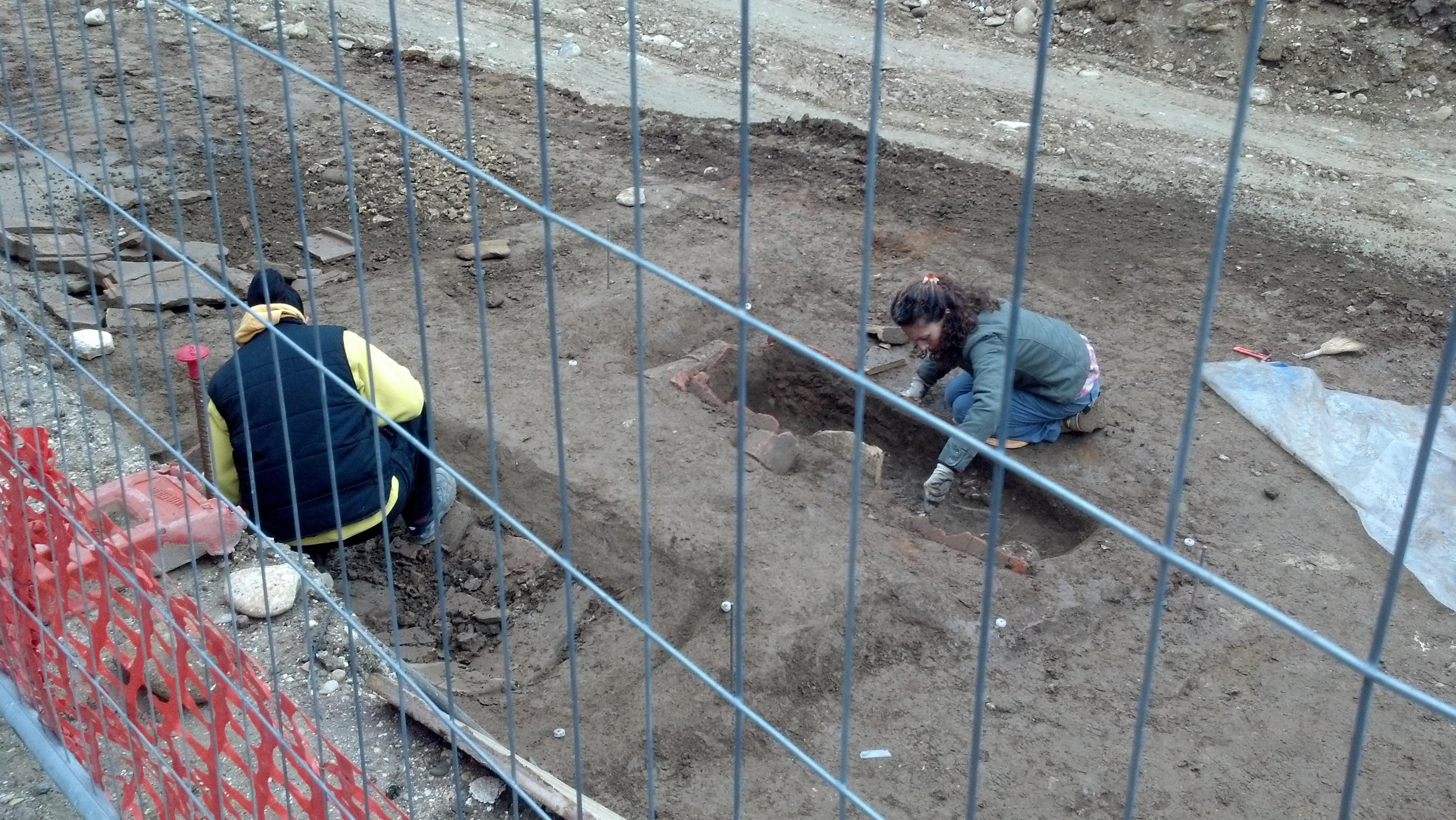 Piazzale Mussini, quattro tombe e resti umani rinvenuti 1