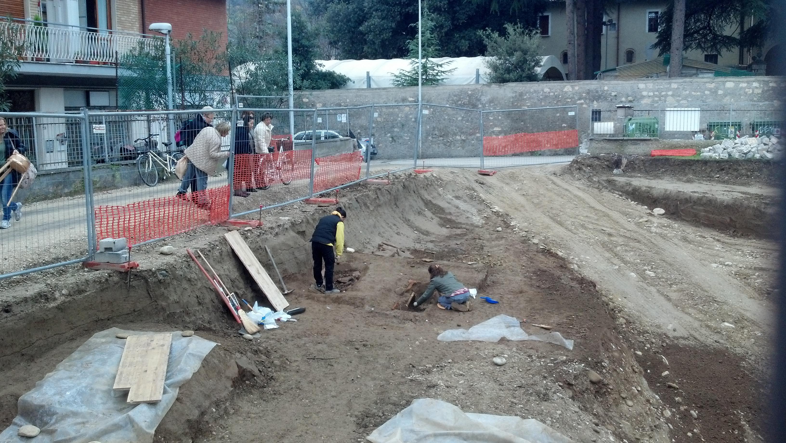 Piazzale Mussini, quattro tombe e resti umani rinvenuti 2