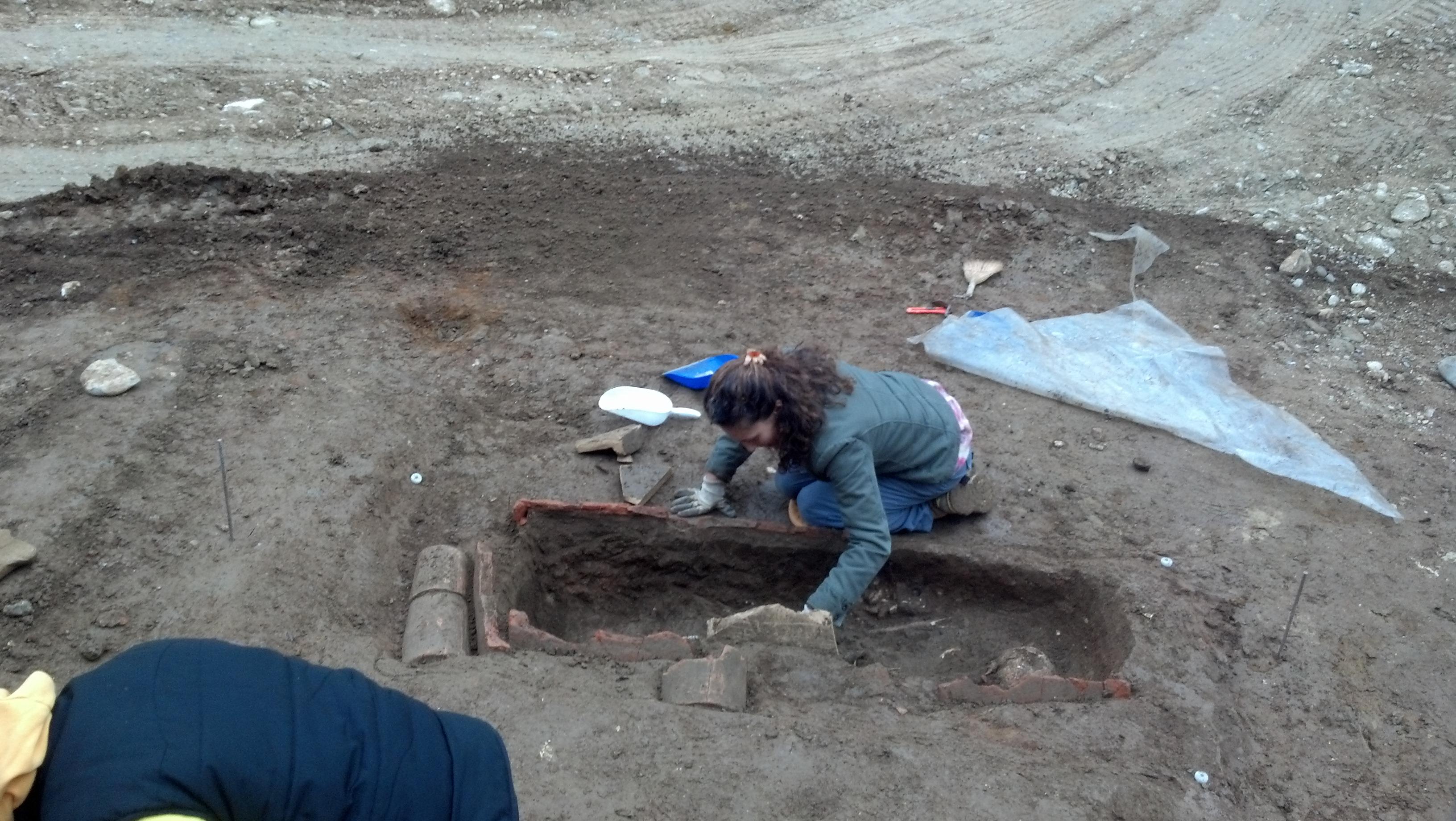 Piazzale Mussini, quattro tombe e resti umani rinvenuti 3