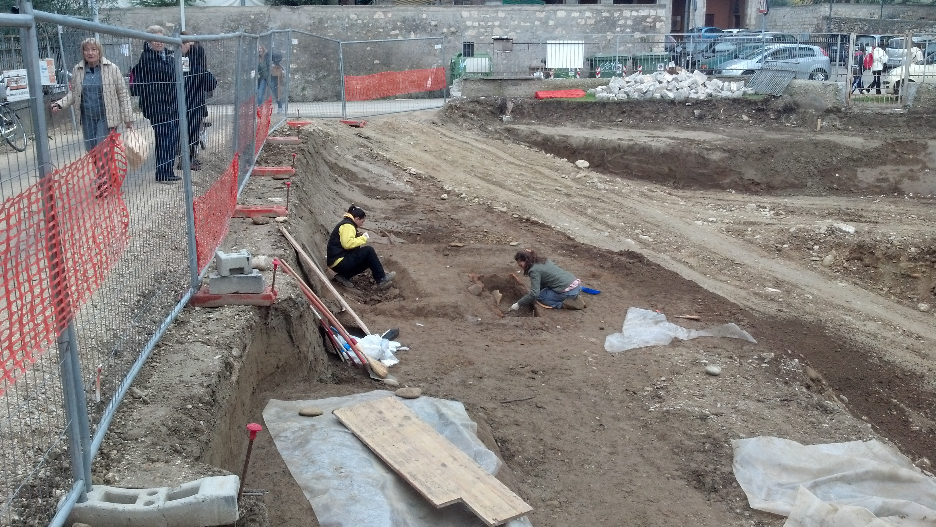Piazzale Mussini, quattro tombe e resti umani rinvenuti 4