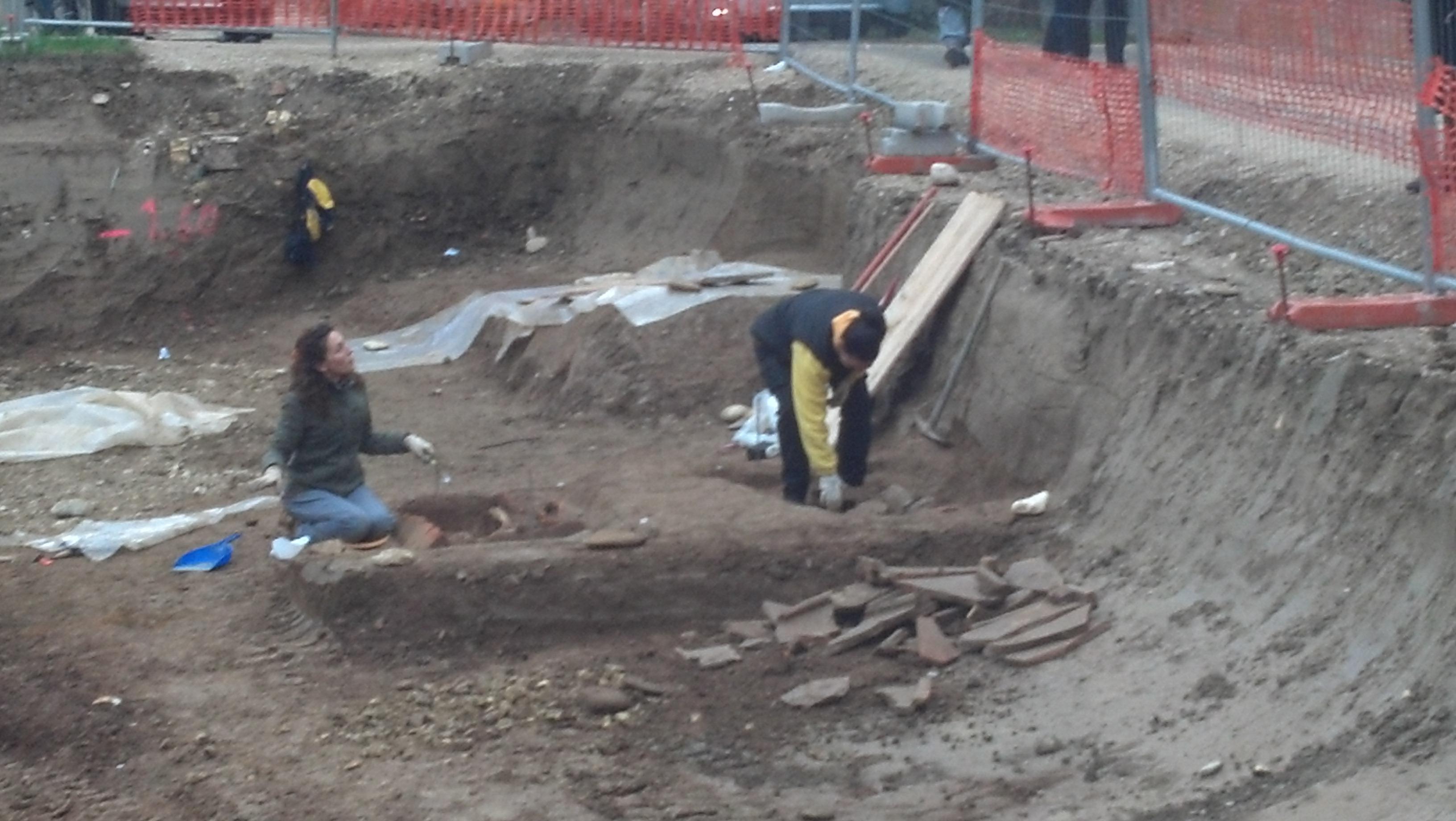 Piazzale Mussini, quattro tombe e resti umani rinvenuti 6