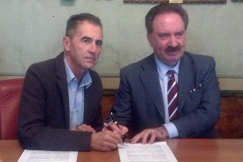 Renzo De Santis del Cup e Sergio Maria Remoli, vicepresidente della Fondazione Carisap, firmano la convenzione