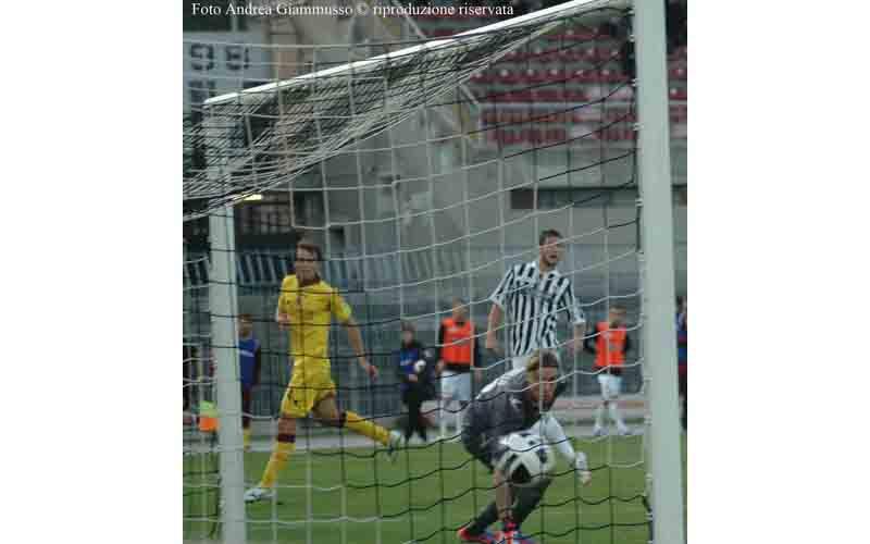 Robert Feczesin segna il gol del momentaneo 2-1 (foto Giammusso)