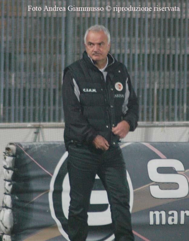 Silva osserva i tifosi in contestazione al termine della gara  (giammusso)